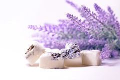 Badekurortseifenherzen mit einem Lavendel blüht Stockfotografie