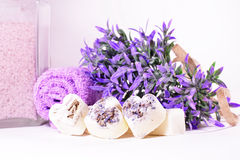 Badekurortseifenherzen mit einem Lavendel blüht Stockbild