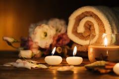 Badekurortstillleben mit aromatischen Kerzen Stockfotos