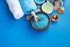 Badekurortstillleben mit Seesalz, Tüchern und Badeöl Stockbild