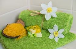 Badekurorttücher mit Blumen, Aromaseife und Salz. Stockfotografie