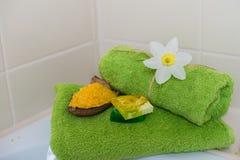 Badekurorttücher mit Blumen, Aromaseife und Salz. Stockfotos