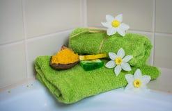 Badekurorttücher mit Blumen, Aromaseife und Salz. Stockbild