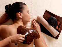 Badekurorttherapie für die Frau, die kosmetische Schablone empfängt Stockfotos