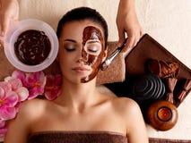 Badekurorttherapie für die Frau, die kosmetische Schablone empfängt Stockfotografie