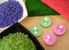 Badekurortwesensmerkmale (farbiges Salz, Tücher und Kerzen) Stockbilder
