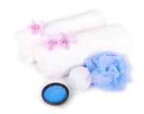 Weiße Tücher, Salz, Badschwamm und aromatische Blumen Lizenzfreies Stockbild