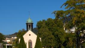 Baden-Baden, een kleine Kerk in de stad stock videobeelden