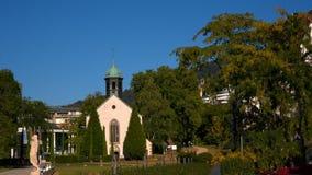 Baden-Baden, een kleine Kerk in de stad stock video