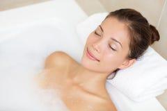 Baden der Frau, die im Bad sich entspannt Lizenzfreies Stockbild
