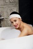 Baden der Frau, die im Bad sich entspannt Lizenzfreie Stockfotografie