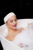 Baden der Frau, die im Bad sich entspannt Stockfoto