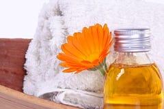 Baden des Öls, Calendulablüte Stockfoto