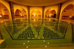 Baden des Pools innerhalb Hammam des türkischen Bades Stockfotos