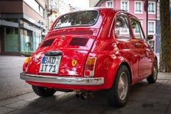Baden Baden, Deutschland - 19. August 2018; Rote Retro- Auto Fiats 500 auf den Straßen von Baden Baden in Deutschland lizenzfreie stockfotografie