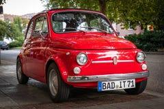 Baden Baden, Duitsland - Augustus 19, 2018; Rood Fiat 500 retro auto op de straten van Baden Baden in Duitsland royalty-vrije stock afbeelding