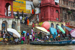 Baden in einem ghat in Varanasi, Indien stockbilder