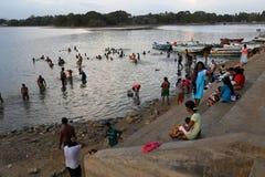 Baden im Tissa See von Tissamaharama stockfotos