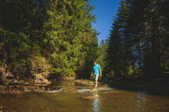 Baden von Füßen im Gebirgsfluss Stockfotos