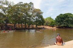 Baden von Leuten im Fluss, Sri Lanka Stockbild