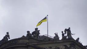 Baden Wurttemberg Flag no castelo de Estugarda que funde no movimento lento do vento