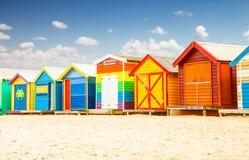 Badend, setzen Häuser in Brighton in Melbourne, Australien auf den Strand Lizenzfreies Stockfoto