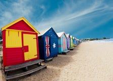 Badend setzen Kästen auf Brighton - Melbourne - Unze auf den Strand Lizenzfreie Stockbilder