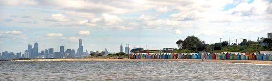 Badend setzen Kästen auf Brighton - Melbourne - Unze auf den Strand stockbilder