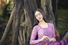 Badende vrouw, het meisjesportret van het land in in openlucht royalty-vrije stock afbeeldingen