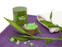 Badesalz, Aromakerze und Bambusblätter Stockbild