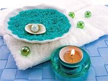 Badesalz und aromatische Kerze Lizenzfreie Stockfotos