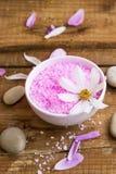 Badesalzschüssel, Badekurorteinstellung mit Salz und Blumen Stockfoto