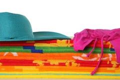 Badetücher, Hut und Bikini stockfoto