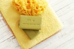 Badetücher und gelbe Gummientchen Stockbilder