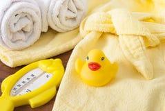Badetücher und gelbe Gummientchen lizenzfreie stockbilder
