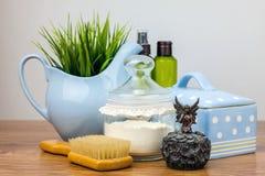 Badetücher und gelbe Gummientchen Felder der persönlichen Hygiene Stockbild