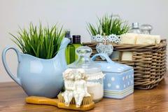 Badetücher und gelbe Gummientchen Felder der persönlichen Hygiene Lizenzfreies Stockfoto