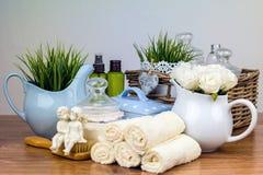 Badetücher und gelbe Gummientchen Felder der persönlichen Hygiene Lizenzfreie Stockfotos