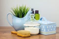 Badetücher und gelbe Gummientchen Felder der persönlichen Hygiene Stockfotos