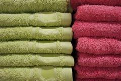 Badetücher von hellen Farben in Folge in Folge auf dem Zähler eines Speicherzählers Verkauf Stockbilder