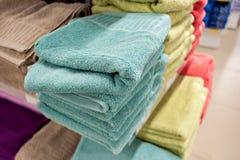 Badetücher von hellen Farben in Folge in Folge auf dem Zähler eines Speicherzählers Verkauf Lizenzfreies Stockbild