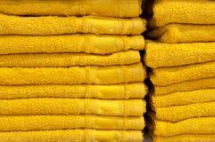 Badetücher von hellen Farben in Folge in Folge auf dem Zähler eines Speicherzählers Verkauf Lizenzfreie Stockfotografie