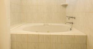 Badet badar med den varma vita tegelplattan Royaltyfri Fotografi