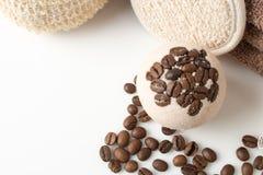Badet bombarderar med kaffekorn på en vit Royaltyfria Foton