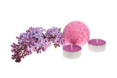 Badet bombarderar, stearinljus och blommor Royaltyfri Bild