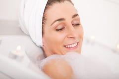 badet tar kvinnan Royaltyfri Fotografi