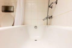 Badewanne in einem mit Ziegeln gedeckten Badezimmer Stockfotos