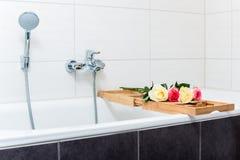 Badewanne mit Anordnung für Blumen und Kerzen Stockbilder