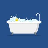 Badewanne mit den Schaumblasen inner und der Badgelben Gummiente lokalisiert auf blauem Hintergrund Badzeit in der flachen Art Stockfoto
