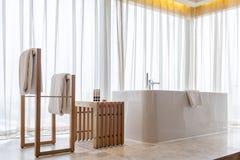 Badewanne nahe großem Fenster Stockfoto